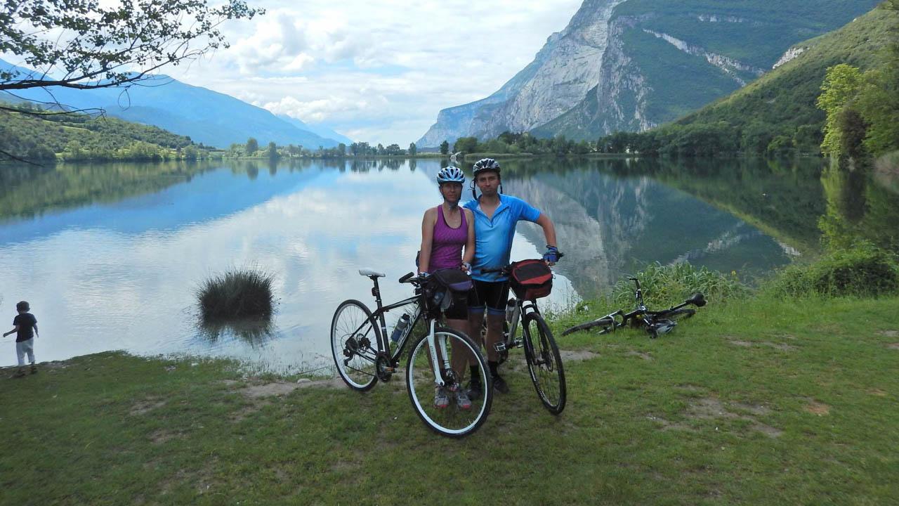 Cyklisté u jezera