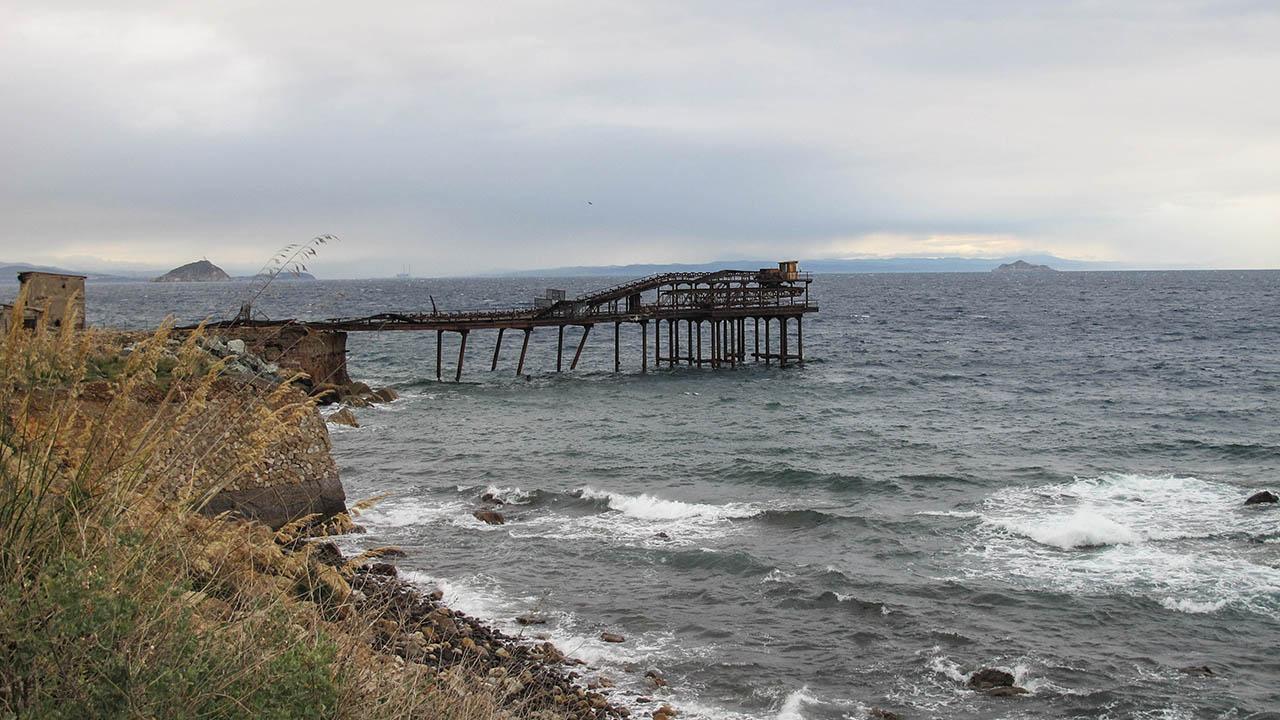 Elba - molo používané dříve na náklady železa