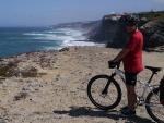 Cyklista u pobřeží